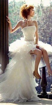 Prachtige handgemaakte bruidsjurk met van voren een korte rok en van achter een lange rok. De jurk heeft een prachtige vorm! Te bestellen in alle maten voor maar € 450,-. Neem gerust contact met me op voor de mogelijkheden, ik ga graag voor je aan de slag!