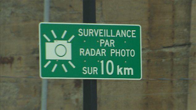 Des radars photo mobiles à Québec dès cet automne   Les radars photo mobiles feront leur apparition dans les rues de Québec dans moins de trois semaines.Le ministère des Transports et la Ville de Québec ont choisi 35 sites où cinq appareils seront déployés en alternance à compter du 19octobre.  La majorité des emplacements sont situés dans des quartiers résidentiels. Ils ont été sélectionnés en fonction de critères liés à la sécuritéroutière.  Parmi les secteurs visés il y a le boulevard…