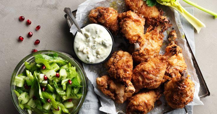 Smarrigt recept på friterad kyckling av marinerade kycklingben. Extra lyxiga tillbehör där krämig blåmögelost möter krispigt fräsch sallad.
