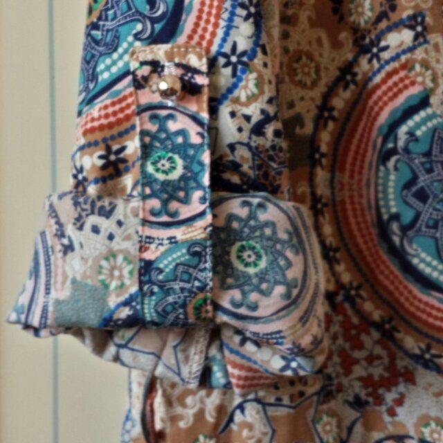 VENDO abitino retro' fantasia sui toni del blu verde e marrone. Taglia L ma calza una M e può tranquillamente essere indossato con una cintura in vita.  Purtoppo lo vendo per taglia sbagliata #minidress #abito #colore #blu #verde #retro ss escluse