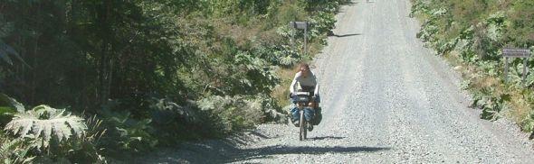 La ruta escénica de la Patagonia La Carretera Austral se ha consolidado a nivel mundial como una de las mejores rutas escénicas para visitar. Puedes hacerlo en auto o en bicicleta. Es cierto, la mayor parte es de ripio, tiene muchas curvas, el clima es impredecible, pero que nada de esto te detenga, porque la recompensa es grande