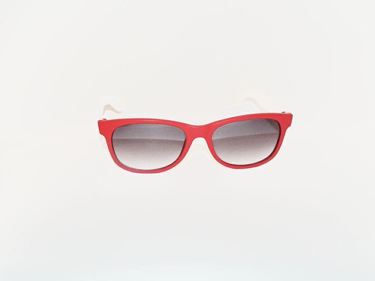 """Rèdèlè """"BUZZ"""". Modello gommato, con montatura rossa e aste bianche. Le lenti grigio sfumato. Modello unisex.  http://www.otticagelmi.com/shop/donna/occhiale-sole-redele-buzz/"""