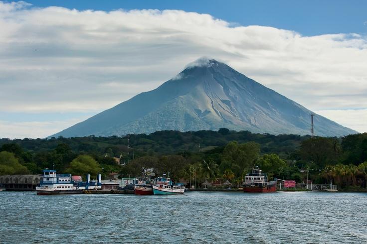 Puerto de Moyogalpa. Al fondo, el imponente volcán Concepción. Isla de Ometepe, Rivas, Nicaragua.
