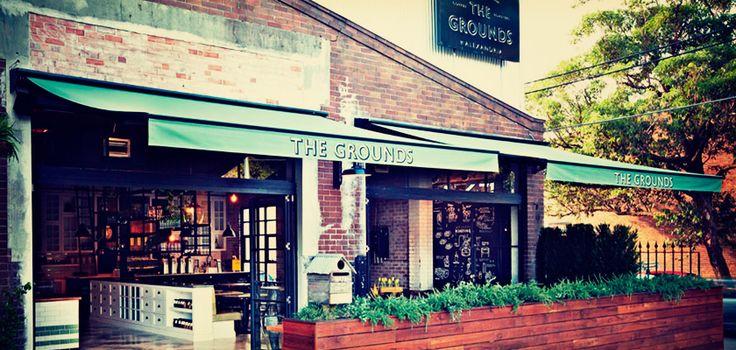 Кафе оригинально оформлено с сохранением промышленного дизайна. При The Grounds имеется собственный центр по разработке новых рецептов кофе, пекарня и сад для выращивания свежих овощей и трав