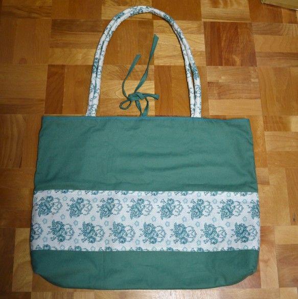日々のお買い物が楽しくなるような、マルシェバッグをつくりました。外布は薄手のきれいな青緑色のハンプ生地です。花がらの部分は1930年代のジャーマンファブリック... ハンドメイド、手作り、手仕事品の通販・販売・購入ならCreema。
