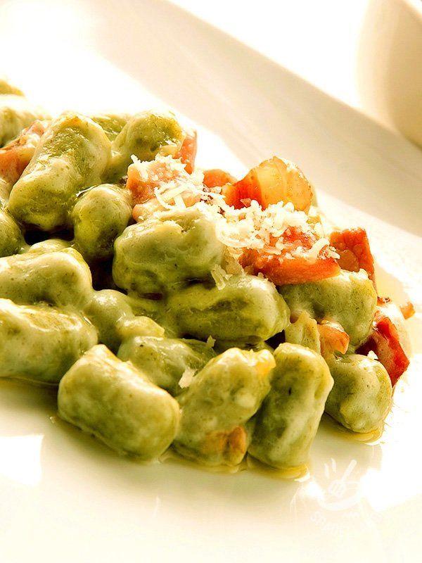 Se avete un po' di tempo a disposizione preparate in casa l'impasto per gli Gnocchi verdi con burro e speck seguendo i consigli della nostra cuoca.