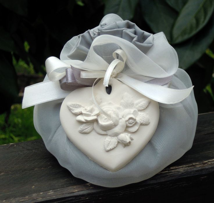Double taffeta and organza bag with heart chalk scented Mathilde M.  Complete with 5 sugared almonds.  Size: 8x12cm.