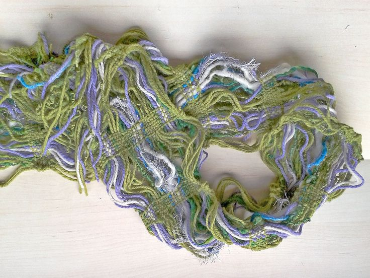 Verdes Su tamaño es de 238*17 cm, confeccionado con lana naturales y de fantasía para realzar color y textura, en telar mapuche.
