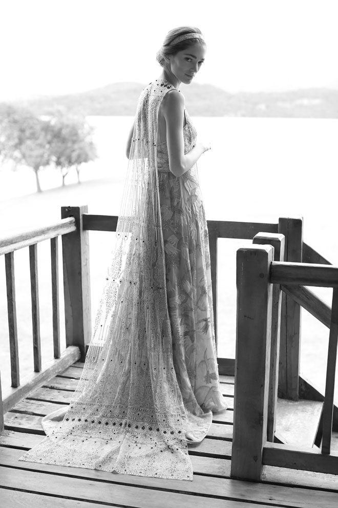 Sofia Sanchez Barrenechea portait une robe Valentino sur-mesure brodée de perles et de sequins gris, ayant nécessité plus de 1800 heures de travail http://www.vogue.fr/mariage/inspirations/diaporama/le-mariage-de-sofia-sanchez-barrenechea-et-dalexandre-de-betak-en-patagonie/19365