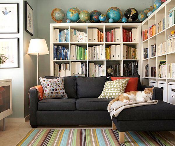 J'aime le grand divan confortable (J'aime sa couleur aussi) devant la bibliothèque... en coin... Éclairage, bureau à gauche...