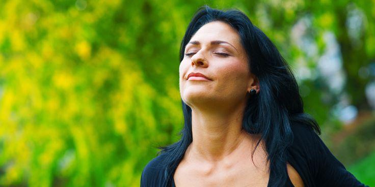 Wecken Sie die Selbstheilungskräfte. Eine effektive Übung ist das bewusste Atmen, am besten zehn Minuten lang. Wenn Sie doppelt so lange aus- wie einatmen, erlebt Ihr Körper eine vollständige Regeneration. Denn eine verlangsamte Ausatmung fördert die Entspannung und optimiert den Sauerstoffgehalt im Blut. Die roten Blutkörperchen transportieren den Sauerstoff von der Lunge in den gesamten Körper, denn er ist für die Gesundheit der Zellen lebensnotwendig.