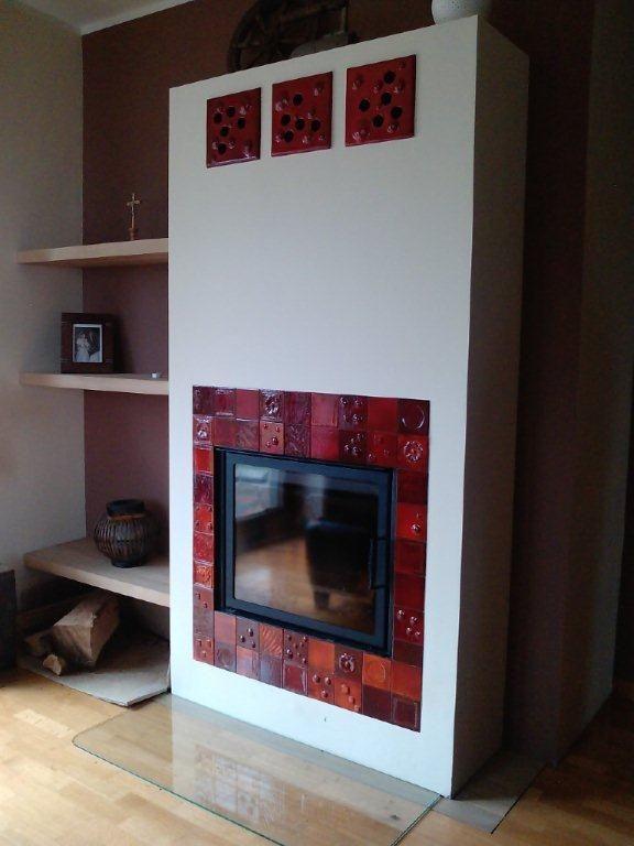Kominek z mozaiki czerwono-pomarańczowej. Piece kaflowe, kominki kaflowe, kafle piecowe. Fireplaces.  http://www.ceramikaiszklo.riwal.pl/