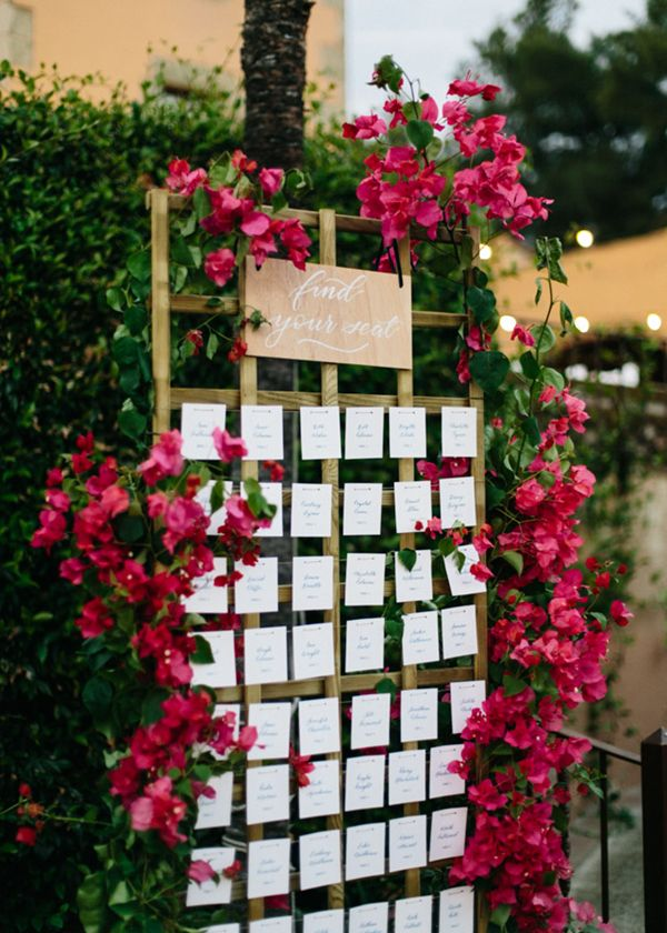 Aperitivo en el jardín al aire libre con vistas al mar. Listas de mesas con caligrafía azul y tarjetas individuales. Boda mediterranea con bugamvilla en Barcelona organizada por Detallerie.  Outdoors reception at the garden with sea views. Seating plan with single escort cards. Blue calligraphy. Bougainvillea mediterranean wedding by Detallerie Wedding Planner. Rustic county house venue.