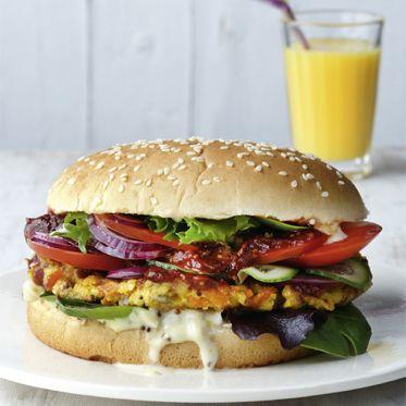 Feta-Hirse-Burger: Fast Food de luxe – und obendrein gesund: Wer seine Burger mit selbst zubereitet, kann mit gutem Ernährungsgewissen zubeißen.