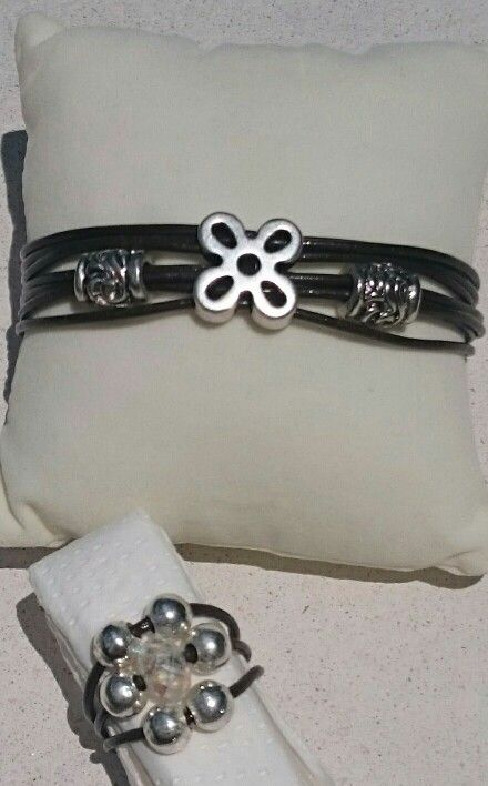 Conjunto de pulsera y anillo de cuero y zamak