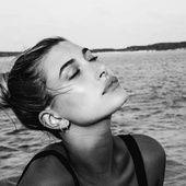 Nièce de Kim Basinger et Alec Baldwin, Hailey Baldwin figure parmi les stars d'Instagram avec ses 8 millions d'abonnés. On peut d'ailleurs l'apercevoir régulièrement aux côtés de ses amies Kendall et Kylie Jenner. Toute nouvelle égérie L'Oréal Professionnel, elle sera le visage du protocole de réparation 'Pro Fiber' et de la coloration sans ammoniaque 'Inoa' pour laquelle la créatrice Vanessa Bruno a imaginé 12 teintes inspirées par ses collections. En exclusivité pour Vogue.f...