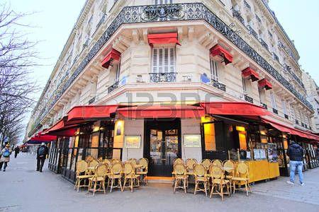 paris cafe: Париж, Франция, 7 февраля 2016: уличное кафе в Париже, Франция