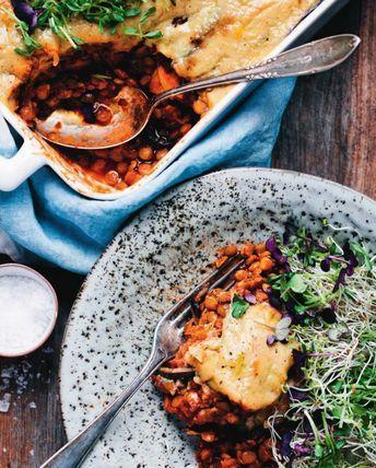 Moussaka med sötpotatis är en uppdaterad version på den grekiska klassikern. Detta recept på moussaka är både veganskt och vegetariskt!