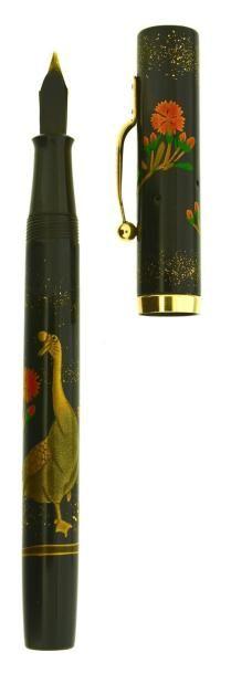 DUNHILL/NAMIKI Oie, stylo plume des années trente, modèle flat top en laque maki-é grade B avec un décor d'oie et de fleurs (légère restauration du motif principal). Ce thème a servi de modèle à l'édition… - Artcurial - 06/12/2014