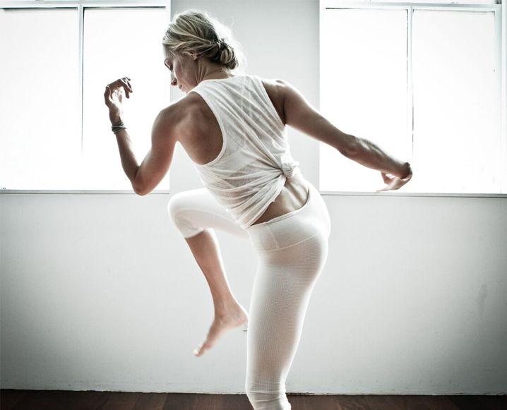 CLASE SESIONES: INSIDE THE BOOTCAMP-YOGA-TERAPIA SESH ESO TIENE NYC HOOKED La clase tiene la mayoría de NYC completamente enganchado (incluyendo Naomi Watts). Conozca al fundador que está poniendo un giro positivo a sudor ..