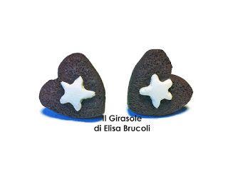 Orecchini in pasta polimerica fimo che ritraggono un biscotto al cioccolato con stella a forma di cuoricino. L'orecchino ha una dimensio...
