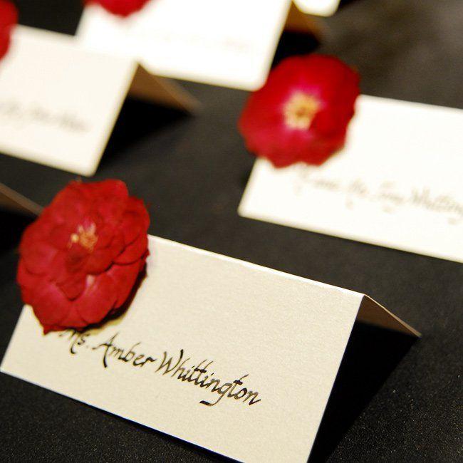 真っ赤なお花が印象的♡ 個性的な赤いエスコートカードまとめ。結婚式で使うエスコートカード・席札一覧。