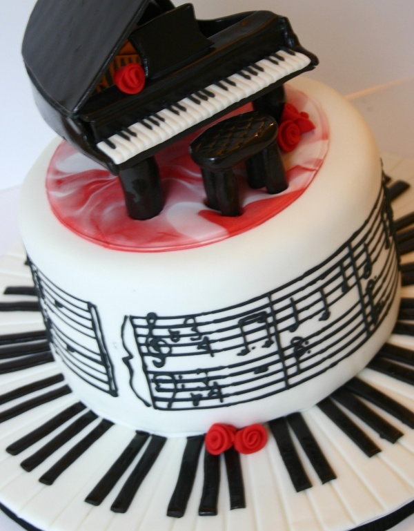 Piano and Music Cake...@Adriana Martínez Vazquez Leon, this makes me think of you! lol