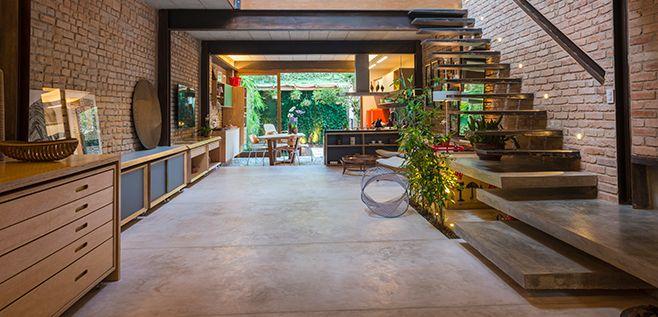 casa goia, em são paulo | projeto: renata pati | uma sequência de salas, cozinha e quintal oferece espaços versáteis e amplos