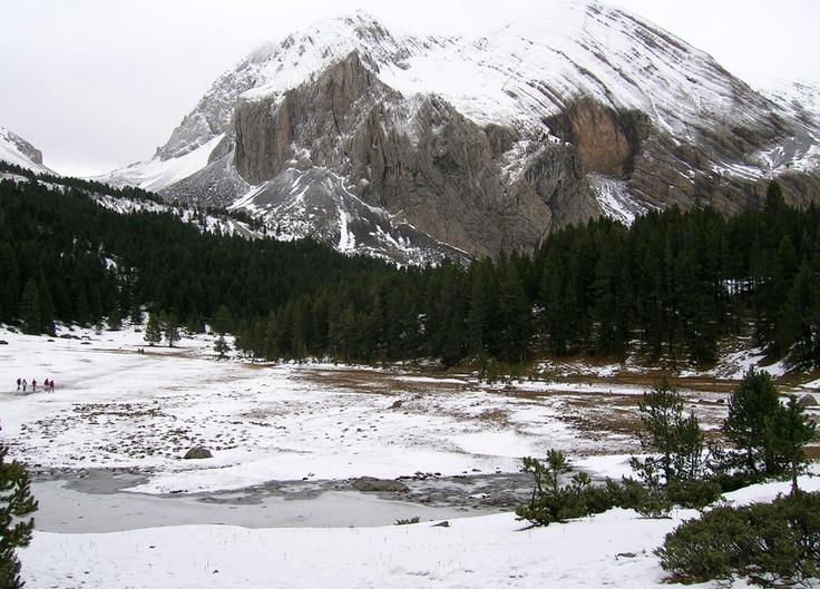IBON BASSA LA MORA O IBON DE PLAN. Está ubicado en en el Valle de Gistain (Val de Chistau). Una de las formas de acceder a él es en coche cogiendo la pista forestal que parte de Saravillo hasta el refugio y una vez se deja el coche en las cercanías de este habrá que seguir los carteles a la Basa la Mora.La otra forma de llegar es cogiendo la ruta desde las Piscinas de Plan, el desnivel de la ruta es de aproximadamente 864 m, para los que estén en buena forma en unas 2 h 30´ podrán llegar.