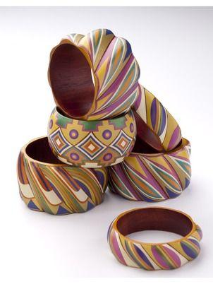 Pulsera de madera geométrico decorado con resina mopa-mopa Por Malili Otoya, Colombia