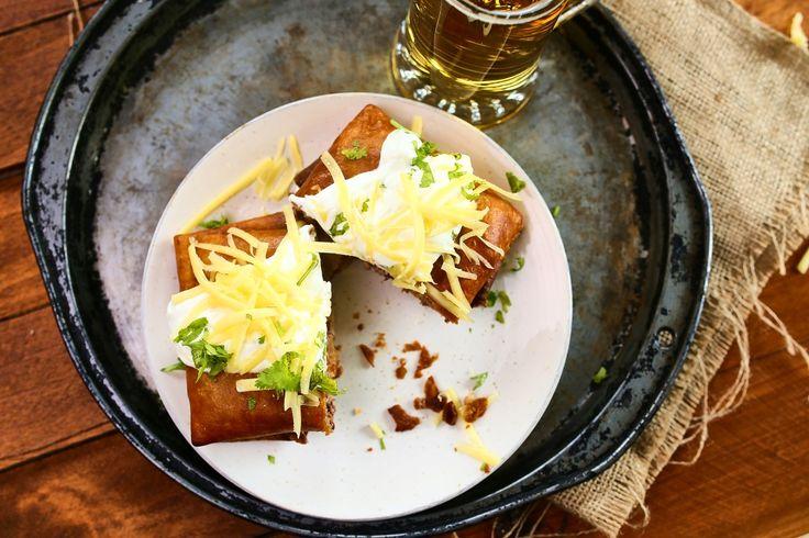 Hogy ne kelljen Mexikóba utaznod, de még egy étterembe sem elmenned egy klasszik chimichangáért, elhoztuk nektek a pöpec kis receptet, így otthon is bármikor összedobhatjátok ezt a remek sült tortillát.    A töltelékhez:    500 g darált marhahús  1 nagy csipet só, bors  150 g paradicsomszósz  400 g…