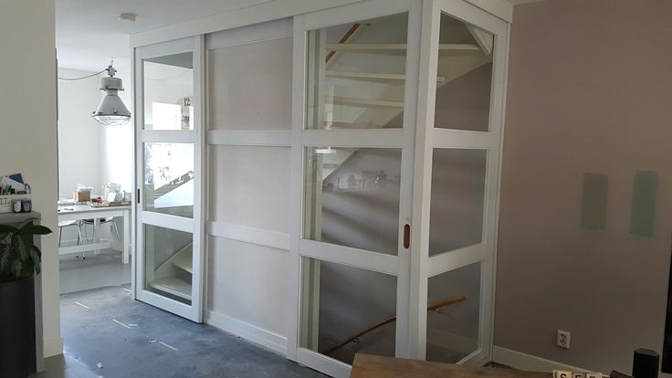 Open trap dicht gemaakt met schuifdeuren