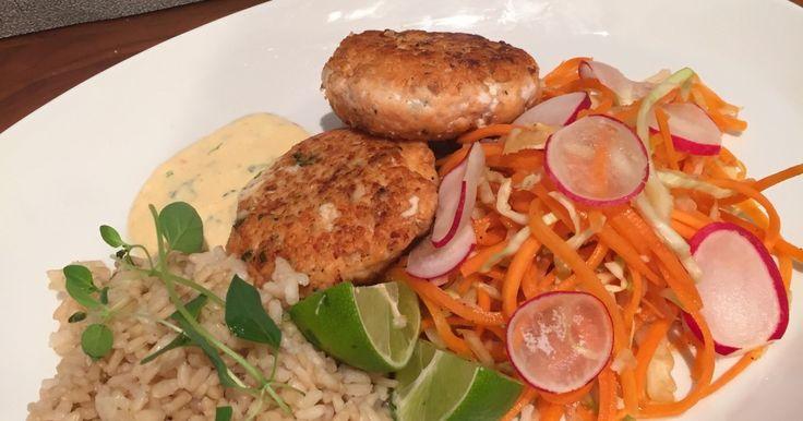 Lakseburger med sursøte grønnsaker og bulgur.En enkel og sunn oppskrift som du kan steke både på grillen og i stekepannen.