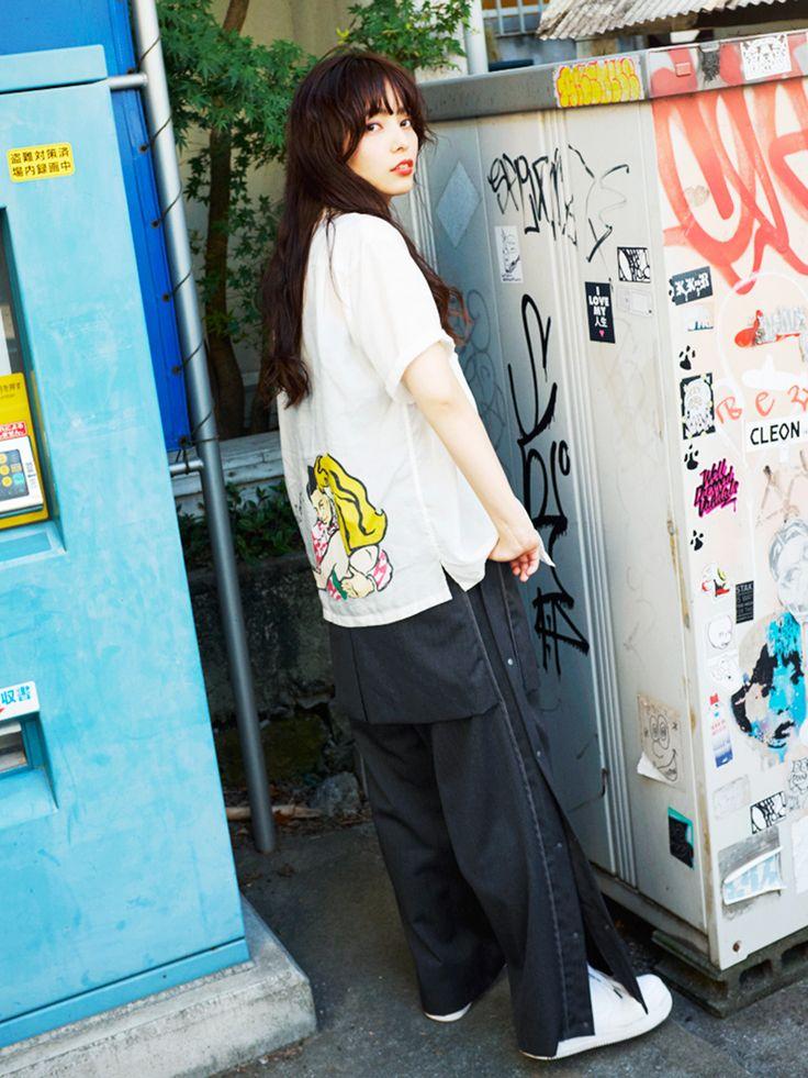 東京のナイトシーンを盛り上げる人気女性DJ、Licaxxx(リカックス)がVOGUE GIRLに初登場! 「FACETASM」のジャージパンツを主役にした、ストリート×モードな着回しを披露。