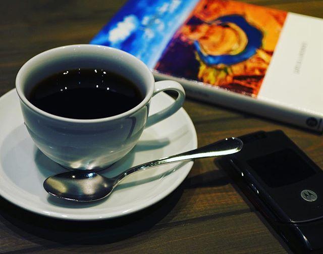 カフェでゆっくりと読書などは?Well, time is up. Let's have a coffee break! ☕️$$cafeダラダラカフェ☕️本日も23:00まで(ラスト入店22:00)営業しております😊皆様のお越しを心よりお待ちしております。 #高崎カフェ #カフェ巡り #高崎 #ランチ #高崎ランチ #おしゃれランチ #ママ友ランチ #ママ会 #アットホーム女子会 #のんびりカフェ #隠れ家的カフェ #ダラダラカフェ #カフェバー #高崎カフェバー #カクテル #お一人様歓迎 #女子会 #夜カフェ #高崎夜カフェ #バイカーズカフェ #ライダースカフェ #ベスパ #vespa #newyork #iloveny #newyorkmets #コーヒー好き #bronxmomentwag #cafebronxmomentwag