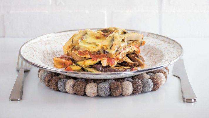 Recette de lasagne aux saucisses italiennes et légumes girllés - La lasagne : LE plat par excellence pour recevoir! Facile, classique, et populaire : elle sait s'adapter à tous les goûts, occasions et saisons. Dégustez les recettes de nos chefs, bien entourés de vos proches.