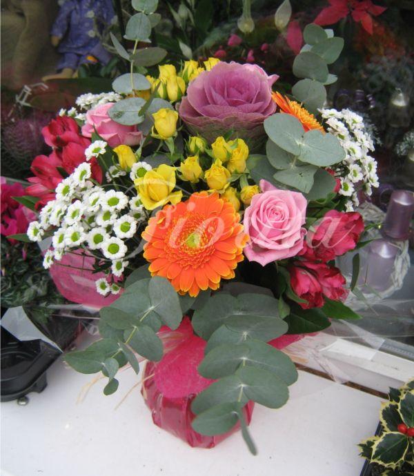 Vázaná kytka: gerbery, růže, santinky, alstroemérie, brassica