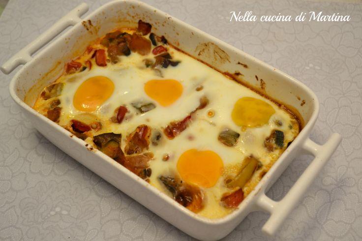 Le uova alla contadina sono un secondo piatto o un piatto unico sostanzioso e versatile in quanto possiamo usare ogni volta ciò che propone il frigo di casa