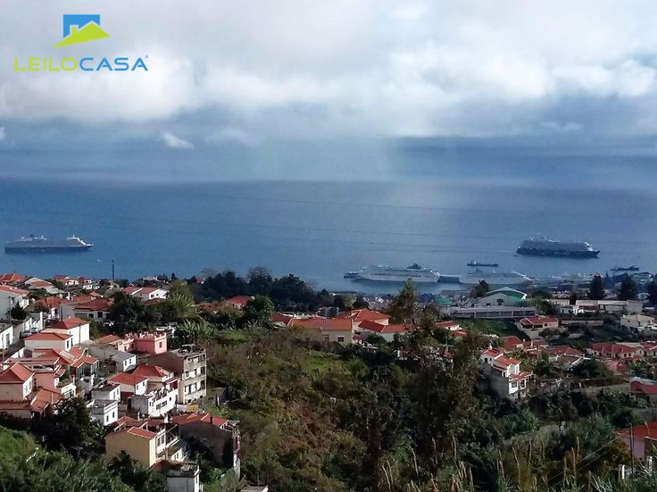 Oportunidade única, Moradia geminada de tipologia T3, localizada na periferia do Funchal. Esta Moradia possui acabamentos e materiais acima da média destacando-se o facto da Moradia ter ar condicionado em todas as divisões. Pátios e varandas com áreas grandes, todas com vista mar. A fracção tem 2 pisos, sendo constituída no piso 0 por 3 quartos de dormir, 2 WC´s.  Piso 1 possui uma sala comum, cozinha, despensa e 1 WC. Excelente vista sobre a cidade e anfiteatro do Funchal Marque já a sua…