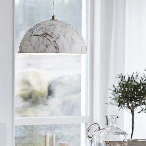 Rock är en marmorfärgad taklampa från Markslöjd. Lampan passar väldigt bra över ett köksbord eller ett matsalsbord. #markslöjd #rock #vit #marmor #taklampa #lampanse #lampan #lampor #lampe #lamper #belysning #inredning #inspiration