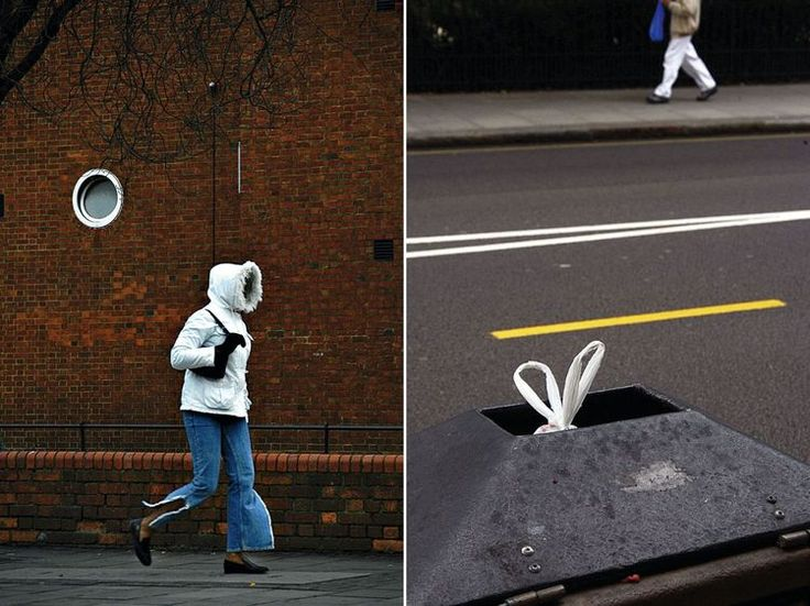 """Po lewej: Dziewczyna w kapturze, Londyn, 2004, fot. Nils Jorgensen """"Ujęcie zrobione z samochodu w oczekiwaniu na zielone światło. Zauważyłem tą dziewczynę w kurtce z kapturem idącą po chodniku, jeszcze zanim dojechałem do skrzyżowania. Miałem nadzieję, że minie to okrągłe okno, nim światło zmieni się na zielone. Lubię obiektywy z dużym zoomem, bo w wielu sytuacjach nie można podejść tak blisko, jak by się chciało"""".Po prawej: Siatka w koszu, Londyn, 2004, fot. Nils Jorgensen""""Rozbawił mnie…"""
