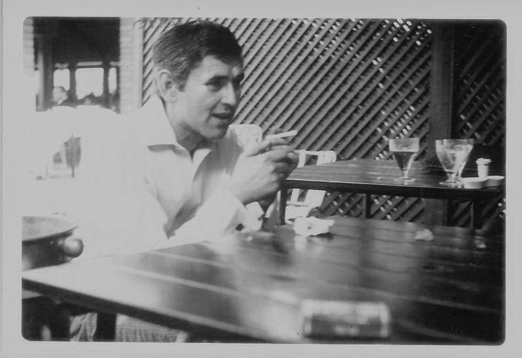 """PÂNĂ UNA ALTA  Petre Stoica din """"COPLEŞIT DE GLORIE"""" (1980)  În orişice caz egretele zăpezile şi ghetrele dispar la fel cum au dispărut prin calendare urmele unor vestite bătălii navale până una alta ridicaţi un monument timpului care stă la pândă precum o pisică şi aşteaptă să înhaţe laba poetului indecent"""