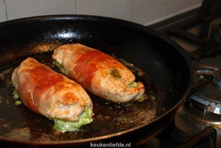 Kipfilet gevuld met pesto en omwikkeld met parmaham. Zo blijft de kip supermals en krijgt het door de pesto een heerlijke smaak.