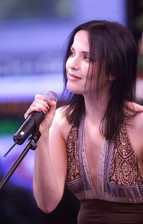 Andrea Corr se produit pour Good Morning America à Times Square à New York City le 12 avril 2000. (Photo: Scott Gries / ImageDirect)