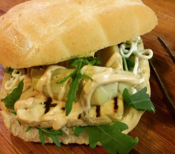 Panino con maionese, tofu alle erbe marinato grigliato, rucola, salsa rosa, carciofini e senape...tutto ovviamente veg!
