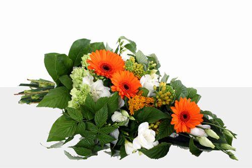 sorgbukett med germini, asclepias, lisianthus, nejlikor, freesia http://holmsundsblommor.blogspot.se/2013/08/blommor-till-begravning.html. Nr 5B