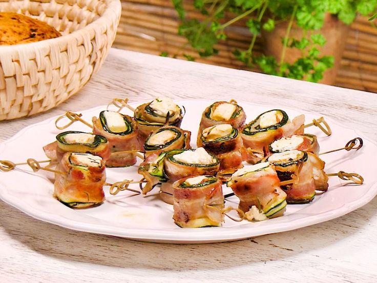 Keine Lust auf Würstchen &Co? Die Zucchini-Speck-Röllchen vom Grill lassen sich leicht vorbereiten und und noch leichter verputzen.