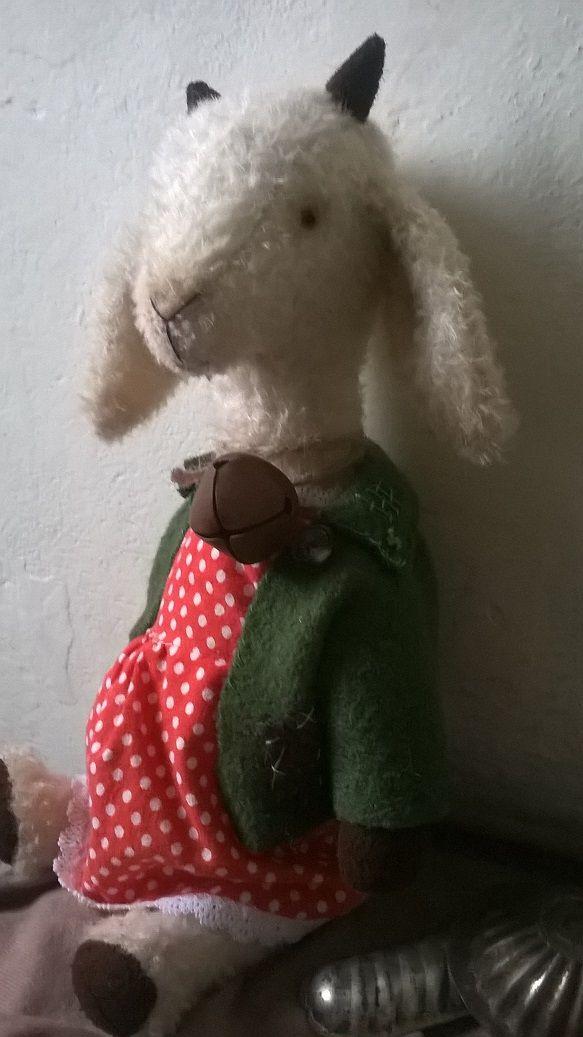 Koza Karkulka Karkulka se mi přišla pochlubit novou rolničkou, co dostala dárkem od čuníka Ferdy. Je hodná, přítulná a mlsná. Prostě správná koza. Vyrostla do výšky 35cm a celou jsem jí ušila ručně ze smetanového německého mohéru. Je 5 ti-kloubová a nemá ráda vodu. Špína a stehování jsou vytvořeny nově pro vintage vzhled :-)