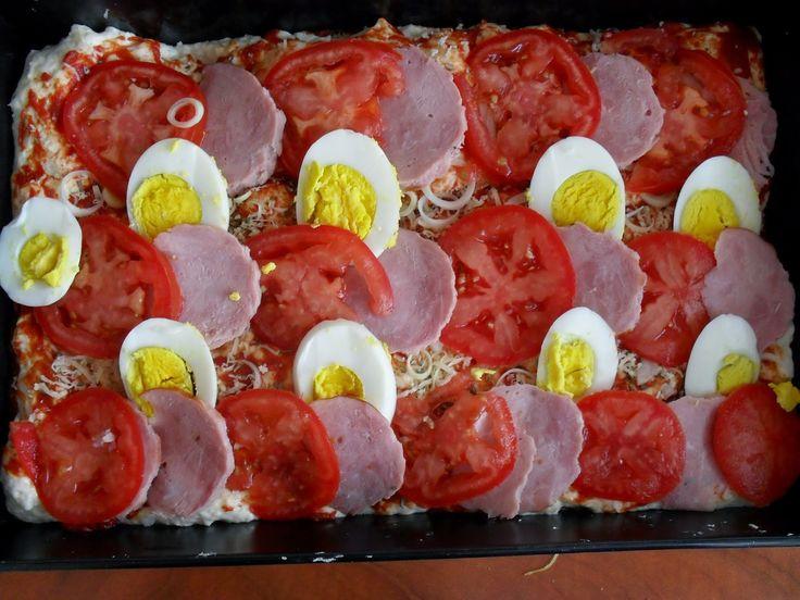 Lekcje w kuchni: wiejska pizza z jajkiem, kiełbasą i pomidorami