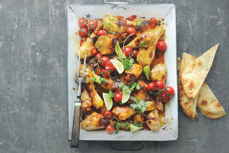 30 december - Kipdrumsticks in de bonus - De suiker in de chutney karamelliseert in de oven een beetje. Resultaat: lekker zoet korstje op de kip - Recept - Sticky kipdrumsticks uit de oven - Allerhande